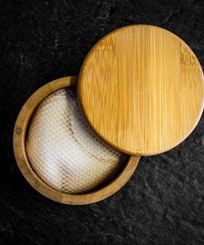 Tampons démaquillants dans une boite en bambou